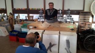 Ronald den Boer - Met fotograaf Peter van Aalst bij kunstenaar Rob Scholte voor interview in oudjaarsbijlage