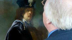 Ernst van de Wetering met de Rembrandt van het Hamilton Kerr Institute (HKI) in Cambridgeshire (Foto Brian Cleckner)