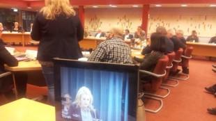 Fractievoorzitter Trees van de Paard van oppositiepartij PvdA spreekt haar afkeuring uit over de handelwijze van wethouder Pieter Kos. Rechts luistert de Stadspartij met toenemende woede. Foto Ronald den Boer