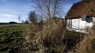 Huis en atelier van Rob van Koningsbruggen, Den Oever. Op de nieuwe bouwplannen staat er een dijk overheen getekend Foto Hans van den Bogaard