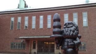 Museum Boijmans-Van Beuningen met Kabouter Buttplug van Paul McCarthy