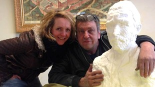 Rob Scholte met de Vincent van Gogh van Ien Sluijters en Ien zelf