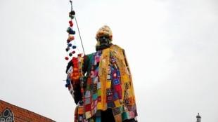 Omstreden Jan Pieterszoon Coen-standbeeld op de Roode Steen in Hoorn versierd