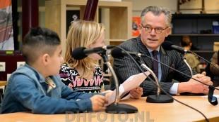 Burgemeester Koen Schuiling in gesprek met kinderen van De Dijk (DHFOTO)
