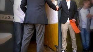 Burgemeester Koen Schuiling met Damian Dekker van het Helders Oorlogsmuseum