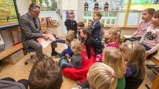 Burgemeester Koen Schuiling van Den Helder in de klas groep 1:2 a van de Vlieberg (foto Peter van Aalst)