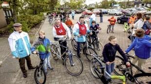 Burgemeester Schuiling (Den Helder) fietst foutloos (foto Peter van Aalst)