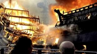 Brand verwoest VOC-schip in Den Helder