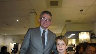 Burgemeester Koen Schuiling met jeugdige bezoeker (foto Francois de la Fonteijne)