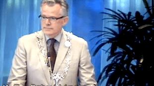 Burgemeester Koen Schuiling na zijn herverkiezing met de veteranen-anjer van Prins Bernard