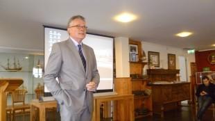 Burgemeester Koen Schuiling spreekt studenten toe