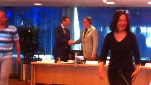 Felicitaties voor Burgemeester Koen Schuiling, op de voorgrond Stadspartij-raadslid Joke Vorstman (foto Adriana Hogendoorn)