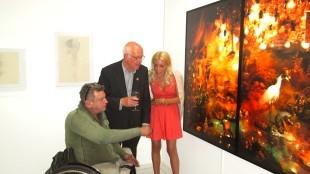 Kunstenaar Rob Scholte, organisator Wim van Krimpen en levend kunstwerk Judith Osborn genieten van de 3D-kunst van Canvas Contemporary