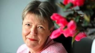 Oud-wethouder Linda Rose-Smit initiatiefneemster van de flyer 'Den Helder kust de kunst 2015' en voorzitter van Kunsthal 45
