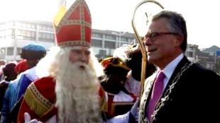 Sinterklaas en Burgemeester Koen Schuiling met op de achtergrond het Rob Scholte Museum