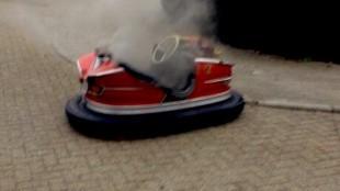 Botsauto in brand (foto Tubantia)