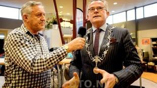 Burgemeester Koen Schuiling geeft uitleg over de ambtsketen (DHFOTO)