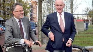 Burgemeester Koen Schuiling laat Commissaris van de Koning Johan Remkes de locatie van het Rob Scholte Museum te Den Helder zien op de fiets