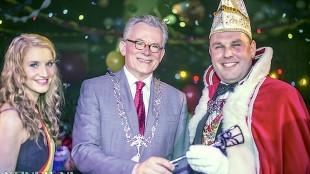 Burgemeester Schuiling overhandigt de sleutel van de stad (Van Eis Foto)