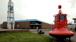 Station Den Helder, herkenbaar element in het centrum, rechts het voormalig postkantoor, nu Rob Scholte Museum