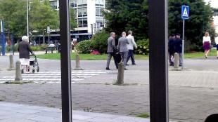 Burgemeester Koen Schuiling met zijn rug naar het Rob Scholte Museum