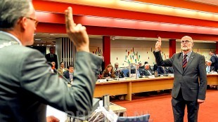 Burgemeester Koen Schuiling neemt Peter Reenders de eed af (DHFOTO)