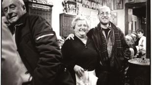 Eriek Verpale met Moeder Zulma in haar café in De Katte 1989 (foto Michiel Hendryckx)