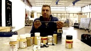 Rob Scholte met goudverf in zìjn studio te Den Helder