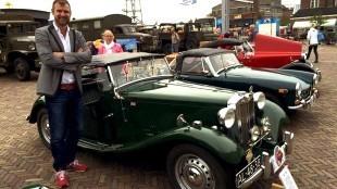 Wethouder Pieter Kos in rijdend erfgoed voorop tijdens de rondrit historisch weekend