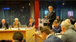 Burgemeester Koen Schuiling geeft uitleg tijdens de raadsvergadering waarin Geurt Visser werd weggestuurd (DHFOTO)