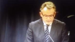 Burgemeester Koen Schuiling leest voor uit een anonieme brief (foto YouTube)