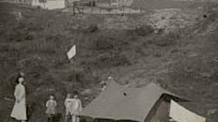 De kinderen van de schrijver Albert Verweij in een tentje achter hun huis in Noordwijk aan Zee