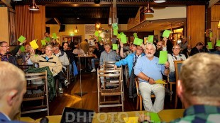 De leden besluiten dat het een openbare vergadering wordt (DHFOTO)
