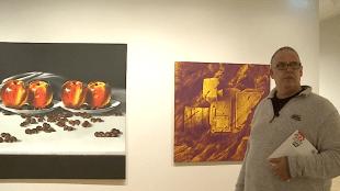 Jack Wouterse bij schilderijen van Rob Scholte