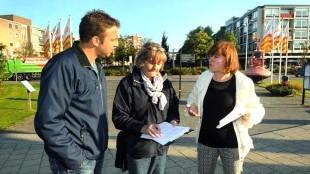 Jeroen Paus (links), enquêteur Rutie Breebaart en wethouder Van Dongen praten over het stationsgebied (foto George Stoekenbroek)