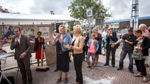 Opening van de weer hernieuwde Beatrixstraat met Ferdinand Vreugdenhil van Zeestad en de wethouders Suzanne den Dulk en Pia Bruin