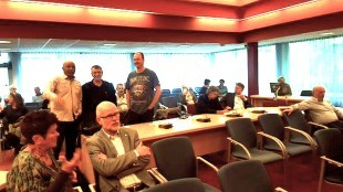 Stadspartij-fractieleider Peter Reenders met achter hem de verzamelde pers bij de presentatie van het Versteven-rapport over de gang zaken rond het vertrek van wethouder Visser