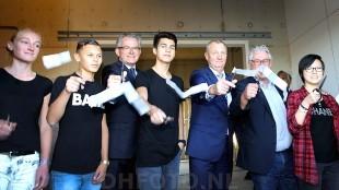 Burgemeester Koen Schuiling, voormalig wethouder Odd Wagner en de kinderen van DroomHelder openen het AZC (DHFOTO)