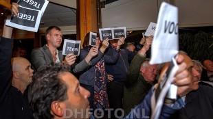 De aangebleven wethouders Kos en Van Dongen van de Stadspartij stemmen mee bij de verschillende moties, met op de voorgrond Carlo Assorgia  (DHFOTO)