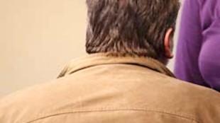 Rob Scholte laat de achterkant van 'zijn' embroideries zien. Dan is het aardig om de achterkant van Rob Scholte te fotograferen, dacht ik vanmiddag! (foto Berthi Smith-Sanders)