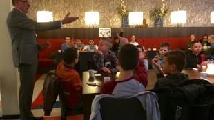 Schoolontbijt in kantine stadhuis. Burgemeester: 'Ik ontbijt iedere dag met patat. Is dat gezond?' (foto Jacqueline van Dongen)