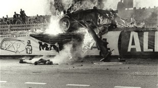 Body of French driver Pierre Levegh after his Mercedes crashed, 77 people died, Le Mans 1955 (foto AFP/Getty Images)