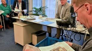 Burgermeester Koen Schuiling van Den Helder als gast redactiechef bij de Helderse Courant, tweede van links Ronald den Boer