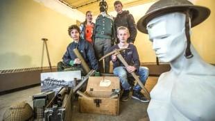De jongeren van het Helders Oorlogsmuseum in bunker M151, v.l.n.r. Damian Dekker, Romy Bakker, Dominique de Groot en Quiten Nicolai (zittend) (foto Peter van Aalst)