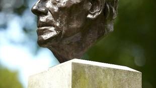 Kees Verkade - Buste van Anton Pieck (in Overveen)