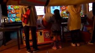 Kid playing 3D drum in Huis Ten Bosch