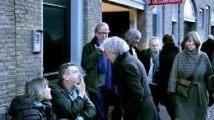 Rob Scholte & Eric Borsje, naast Scholte staand, buiten bij Galerie De Compagnie