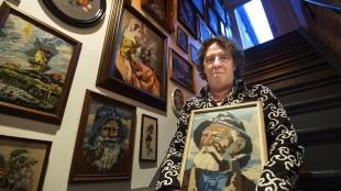 Borduurwerk is het verzamelobject van de Leeuwarder kunstenaar Hein de Graaf (foto Marcel van Kammen)