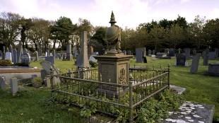 Hek rondom het gietijzeren graf van G.F.G. Gobius (1859) op de Algemene Begraafplaats in Den Helder