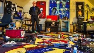Koos van Dijk, de oud-manager van Herman Brood, in het nagebouwde atelier van Herman Brood, zoals het is aangetroffen na zijn dood (foto Persbureau van Eijndhoven)
